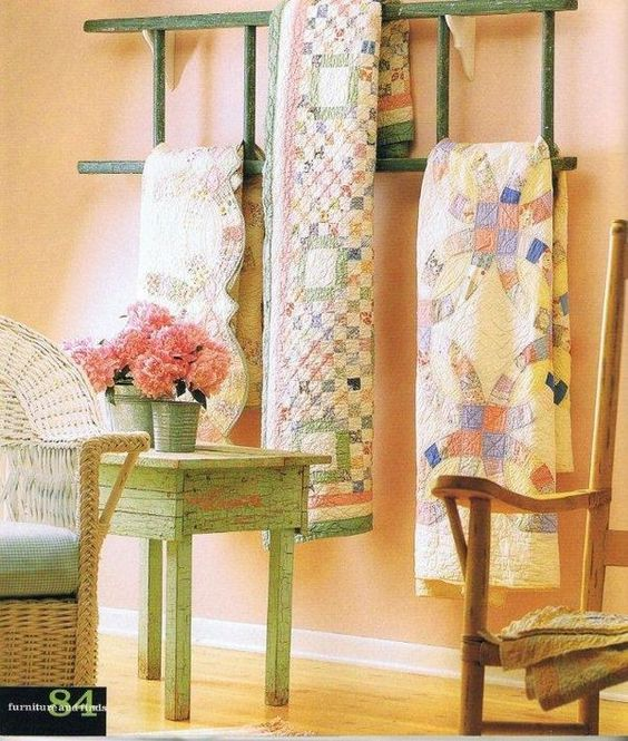 Ladder with quilts found at beehivequilt.blogspot.com